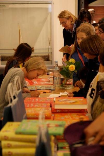 Dagmar Henze und Isabel Abedi signieren